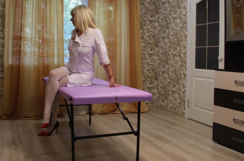 Поглаживание, как проводится массаж поглаживанием, поглаживание основной метод массажа, массажистка гладит тело пациента, метод поглаживания