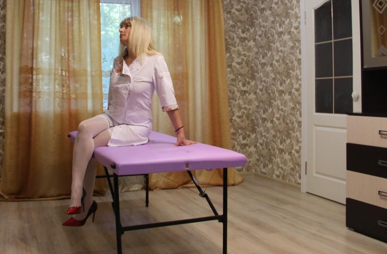 Растирание, метод растирания, массажистка растирает тело клиента, массаж методом растирание, лечим растиранием, методика растирания тела пациента