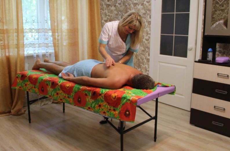 Вибрация как метод массажа, вибрационная техника массажа, массаж с вибрацией, массажистка делает вибрирующие движения пациенту, использование вибрации на массаже