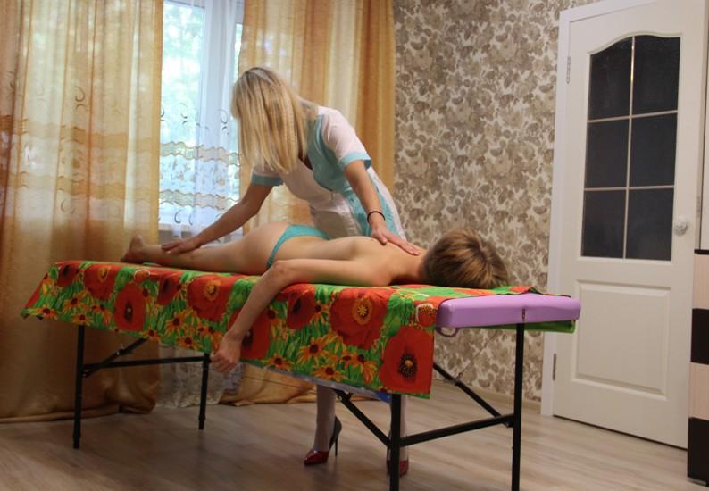 Массаж шеи, как делают массаж шеи, методика выполнения массажа шеи, самомассаж шеи, косметический массаж шеи, массажистка массирует шею